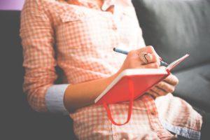 Дневник успеха позволяет нарабатывать уверенность в себе и в нужный момент её вызывать. Психолог Елена Ковалева